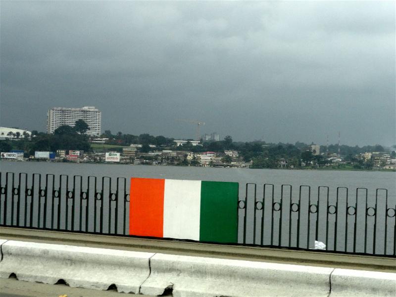 Pont De Gaulle, drapeau ivoirien