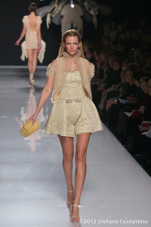 20120129 - MODA - ROMA: GATTINONI PORTA IN PASSERELLA L\'ABITO DECORATO CON EURO. Gli abiti della collezione primavera/estate 2012. PHOTO: STEFANO COSTANTINO