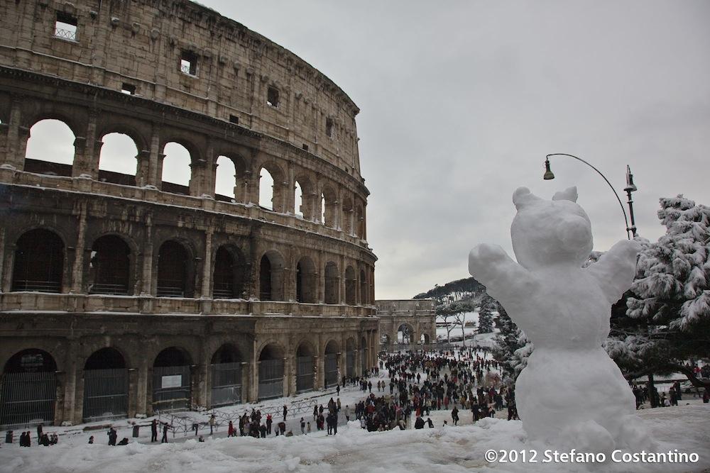 20120204 - CRONACA - ROMA: DAL CAOS ALLA MERAVIGLIA. Roma si risveglia sotto la neve e il disagio si trasforma in meraviglia che porta migliaia di persone in strada a divertirsi tra i monumenti imbiancati. PHOTO: STEFANO COSTANTINO