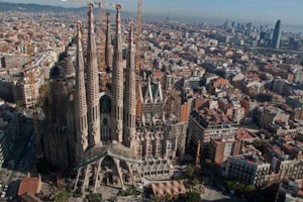 Barcellona, furgone sulla folla. Molti feriti e due morti