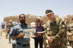 Il generale Gamba premia un allievo del corso