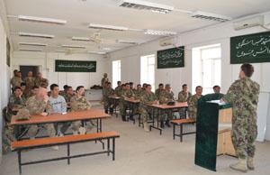 Saluto del colonnello Saleh Mohammad Abdullah, vice comandante del SAW