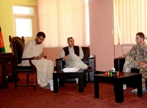 il col. Merola (dx) durante il colloquio con il neo governatore di Farah (centro)