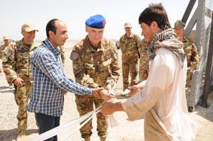 01. il comandante di ITALFOR, colonnello Franco Miana, taglia il nastro di inaugurazione