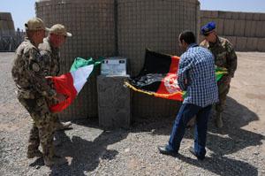 02. la targa di inaugurazione viene scoperta dal personale di ITALFOR