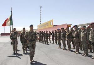 la Bandiera del 4° reggimento genio guastatori sfila lo schieramento del picchetto d'onore