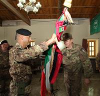 il generale Gamba consegna la bandiera della TF 'Genio' al nuovo comandante, colonnello Pisciotta