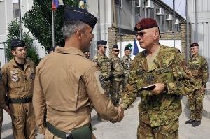 Il Generale Marco Bertolini si congratula con il colonnello Michele Morelli
