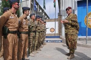 Il generale Marco Bertolini saluta il gruppo di volo dei Black Cats
