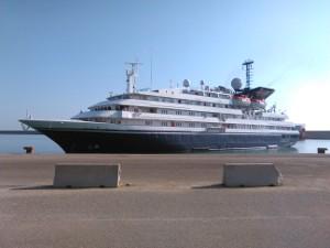 foto nave corinthia al porto di Crotone