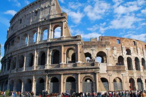 Roma, borseggiatrici: al Colosseo arrestata baby gang specializzata in furti a turisti