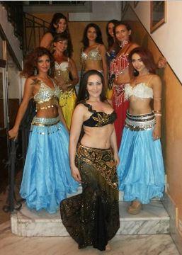 """Fig. 5 – Le """"Isthar Belly Dance"""" con la maestra Alessandra Monorchio e la presentatrice Antonella Postorino"""