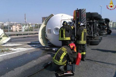 ribaltamento cisterna - Vigili del Fuoco