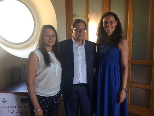 Da Sx la sorella del piccolo Alessio Mazzuca al quale è dedicato il concorso, il sindaco di Montalto Pietro Caracciolo, l'ideatrice del concorso Rita Russo