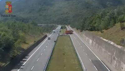 Camionista fa inversione in autostrada, denunciato