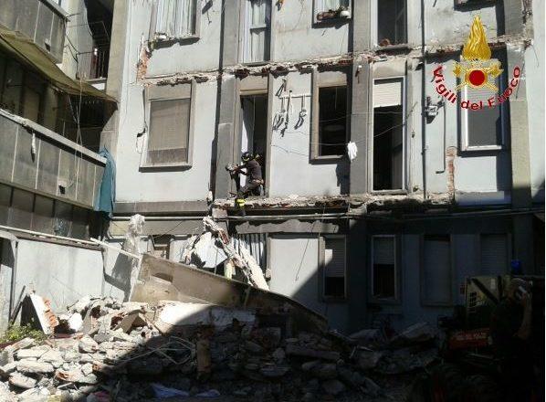 Crollo di una palazzina di quattro piani a torre for Economici piani a due piani