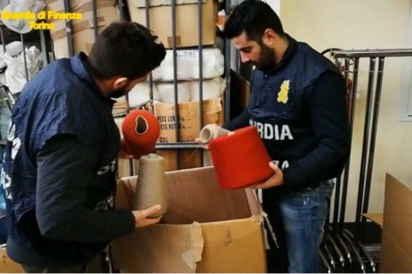 Torino, sequestrati migliaia di capi di abbigliamento con false etichette