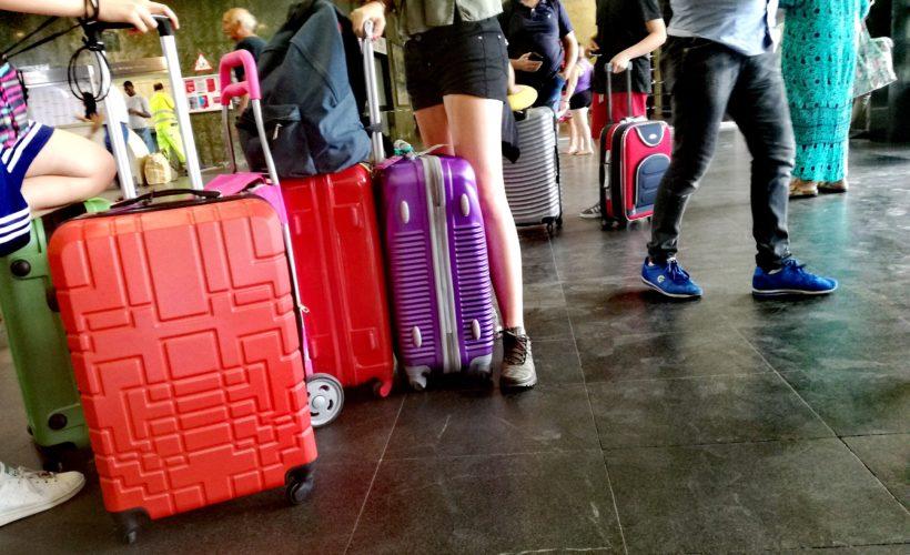 Fa pipì sui bagagli durante un volo: passeggera arrestata