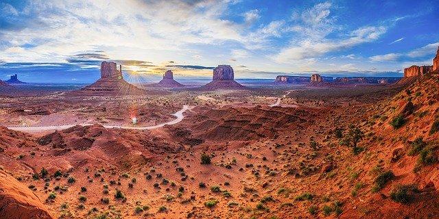 Pilota scopre tra le rocce del deserto un monolite